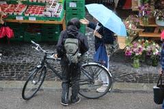 Der Bauernmarkt ist auch ein Treffpunkt - und für einen kurzen Schwatz muss trotz Regen immer Zeit bleiben.