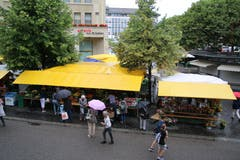 Ein Erkennungsmerkmal des Bauernmarkts sind seine gelben Dächer. Heute stehen diese zwischen der Rondelle und dem Vadian-Denkmal. Für kommendes Jahr ist mit der Reorganisation der Märkte ein neuer Standort vorgesehen. Wir sind gespannt...
