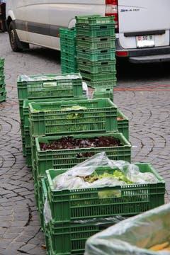 Ein Salatlager zwischen den Marktständen.