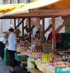 Einer der typisch bunten Stände des St.Galler Bauernmarktes. In diesem Fall ist es jener der Familie Eigenmann aus Berg SG.