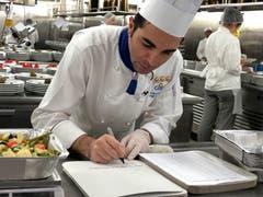 Chefkoch Luigi Carotenuto bereitet die Essenspakete vor, die Hilfsorganisationen übergeben werden.