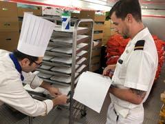 Bevor die Pakete von Bord gehen dürfen, muss alles genau protokolliert und den Hafenbehörden gemolden werden.