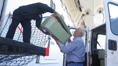 "Gianpietro Lepore von ""Repubblica dei Ragazzi"" holt jeden Freitag im Hafen von Civitavecchia Lebensmittelpakete ab."