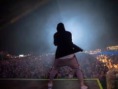 Mit Hoody und Trainerhose rappt Eminem auf der Bühne. (Bild: Jeremy Deputat)