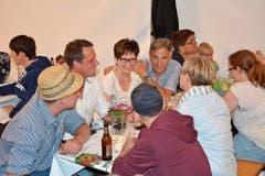 Gute Stimmung in einem der fünf Festzelte. Rund 900 Besucherinnen und Besucher machten am Samstag, dem 1. Gähwiler Fest ihre Aufwartung. Bilder: Beat Lanzendorfer)