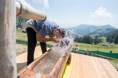 Ein Schwinger kuehlt sich am Schwingerbrunnen ab. (Bild: Urs Flüeler/Keystone (Rigi, 8. Juli 2008))