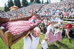 Die Alplerfamilie Rickenbach bei ihrem traditionellen Alpaufzug durch die Schwingerarena. (Bild: Urs Flüeler/Keystone (Rigi, 8. Juli 2008))