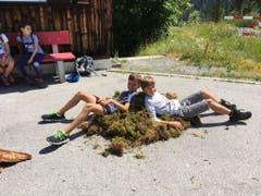 Stolz bewachen diese Krienser Schüler das gesammelte Moos. (Lagerbild: Simone Helfenstein, Scuol, 8. Juli 2018)