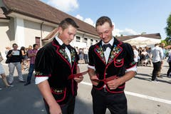 Thomas Burch (links) und Andreas von Moos, beide Landwirt EFZ, schauen sich die Zeugnisse an. (Bild: Roger Zbinden (Sarnen, 7. Juli 2018))