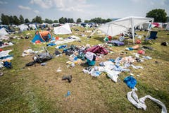 Viele Besucher lassen nach dem Open Air Zelte, Stühle und andere, neuwertige Gegenstände einfach liegen. (Bild: Reto Martin)