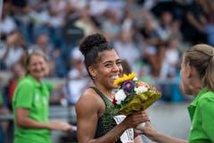 Vier Tage nach ihrem Schweizer Rekord über 100 m (11,03) an der Athletissima in Lausanne zeigte Mujinga Kambundji (Mitte) auch am Meeting in Luzern in ihrer Paradedisziplin eine starke Leistung. Bei leichtem Rückenwind (0,2 m/s) verwies die 26-Jährige ihre hochkarätige Konkurrenz in die Schranken. (Bild: Roger Grütter (Luzern, 9. Juli 2018))