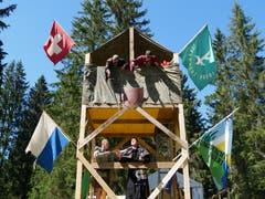 Die Ritterschaft der Jungwacht Bueri verteidigt ihre Burg im bernischen Tramelan vor Eindringlingen. (Bild: Jan Schilter, 9. Juli 2018)