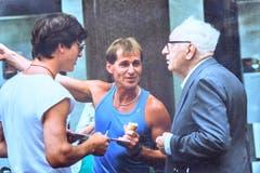 Blacky im Gespräch mit einem älteren Herrn im jugoslawischen Umag (heute Kroatien), wo die Karateschule ein Trainingslager abhielt. (Bild: Michel Canonica/Privatarchiv Beat Cina)