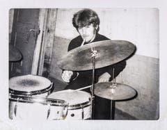 In einer Käserei hat Blacky eine Zeit lang ein Schlagzeug eingestellt und geübt. In einer Band hat er nie gespielt. Höchsten später einige Male mit ein paar Militärkollegen am Kompanieabend. (Bild: Michel Canonica/Privatarchiv Beat Cina)