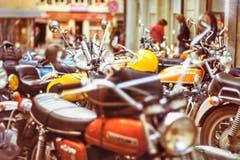 Vor dem Jugendhaus standen jeweils zig Motorräder. Das passte den Behörden nicht in den Kram. Das Abstellen der Zweiräder wurde zwischenzeitlich verboten. (Bild: Michel Canonica/Privatarchiv Beat Cina)