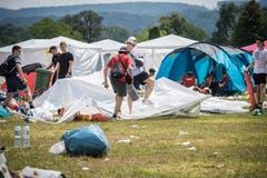 Die Besucher verlassen das Gelände - meist lassen sie Zelte, Stühle und andere, neuwertige Gegenstände einfach liegen. (Bild: Reto Martin)