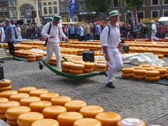 Der Käsemarkt in Alkmaar, Holland ist eine Touristenattraktion. (Bild: Hans Scheidegger)