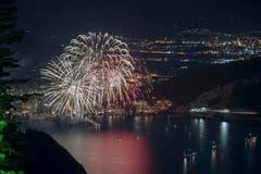 Das bewilligte Feuerwerk von Brunnen mitten auf dem Vierwaldstättersee anlässlich der Bundesfeier in der Schwyzer Gemeinde Brunnen. (Bild: Keystone/Urs Flüeler)