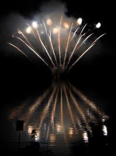 Dank einer Ausnahmebewilligung - Verlegung 200 Meter vom Ufer weg über dem Wasser - konnte das Feuerwerk trotz Feuerverbot durchgeführt werden.