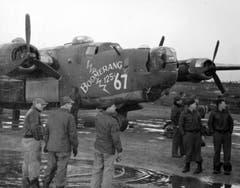 Die B-24J mit dem Spitznamen «Boomerang» mit Besatzung und Bodenpersonal. (Bild: US Air Force)