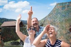 Drei Zuschauer beobachten die Fallschirmspringer. (Bild: Ralph Ribi)