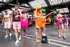 Schrilles Party-Volk trifft in Zürich ein.(Bild Keystone)
