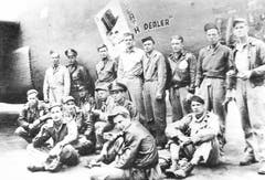 Besatzung und Bodenpersonal der B-24D Liberator mit dem Spitznamen «Death Dealer» in Nordafrika. Man beachte die Zeichnung auf dem Rumpfbug des Bombers. Viele US-Kriegsflugzeuge des Zweiten Weltkriegs waren so mit einem Namen und einer dazu passenden Bemalung dekoriert. (Bild: Warbird.ch)