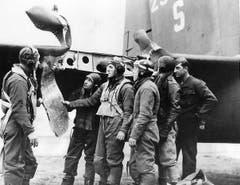 Noch einmal davongekommen: Nach einem Angriff auf Oschersleben begutachtet eine B-17-Besatzung Beschussschäden am Leitwerk ihres Flugzeugs. (Bild: US Air Force)