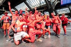 All in Red. Grölende Ravers am Zürcher HB.(Bild Keystone)