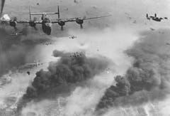 B-24D Liberator über den brennenden Ölfeldern und Raffinerien im rumänischen Ploesti. Der erste Angriff auf dieses Ziel wurde am 1. August 1943 von Nordafrika aus geflogen. Der zwei Wochen später bei Wil notgelandete Death Dealer war Teil dieser für die beteiligten Bomberverbände sehr verlustreichen Aktion. (Bild: US Air Force)