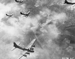 B-17F am 17. August 1943 über Schweinfurt: Der Angriff auf die dortigen Kugellagerfabriken erwies sich als äusserst verlustreich. Über 70 Fliegende Festungen wurden von den Fliegerabwehrkanonen und Jagdflugzeugen abgeschossen. (Bild: US Air Force)