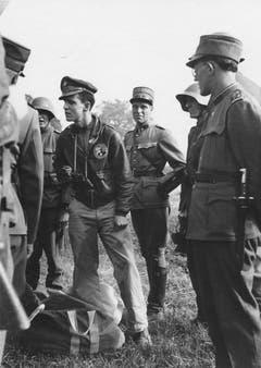 Bomberpilot Alva J. Geron kurz nach der Notlandung in der Thurau umgeben von Angehörigen der Schweizer Armee. (Bild: Warbird.ch)