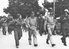 Die Bomberbesatzung wird von Schweizer Soldaten bewacht und rasch nach Wil gebracht. (Bild: KEY)
