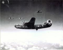 Eine weit auseinandergezogene Formation B-24 Liberator 1944 über den Alpen. (Bild: US Air Force)