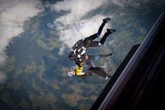 Nach dem Absprung zerrt der Wind an den Fallschirmspringern. (Bild: Ralph Ribi)