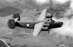 Eine frühe B-24D Liberator bei einem Testflug in den USA. Man beachte das alte Hoheitszeichen für US-Flugzeuge: ein weisser Stern mit rotem Punkt auf blauem Kreis. Der rote Punkt wurde nach dem Eintritt der USA in den Zweiten Weltkrieg rasch beseitigt. Die Verwechslungsgefahr mit dem japanischen Hoheitszeichen - ein grosser roter Kreis - war im Luftkampf zu gross. (Bild: US Air Force)
