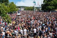 Hunderttausende vergnügen sich bei bestem Wetter rund ums Zürcher Seebecken an der Street Parade.(Bild Keystone)