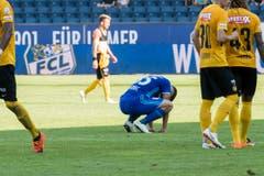 Der Luzerner Filip Ugrinic (Mitte) kauert am Ende des verlorenen Spiels am Boden. (Bild: Keystone/Urs Flüeler)