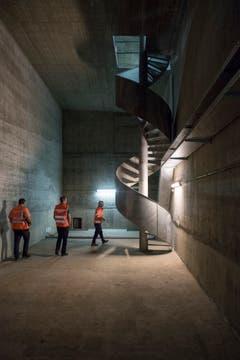 """Die Wendeltreppe am Ende des """"Echogangs"""". Sie führt hinauf zur Decke des Tunnels. (Bild: Urs Bucher)"""