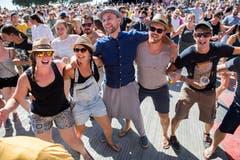Der Sänger der Band Suma Covjek (im blauen Shirt) singt in der Menschenmenge.(Bild: Eveline Beerkircher)