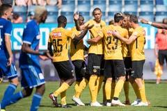 Die YB Spieler mit Torschütze Guillaume Hoarau (Mitte) feiern das 0:1 für YB. (Bild: Keystone/Urs Flüeler)