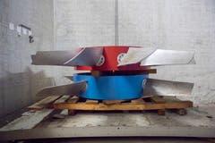 Riesige Räder für die Ventilatoren der Tunnellüftung: blau für Zuluft, rot für Abluft.(Bild: Urs Bucher)