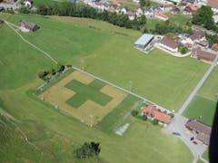 Der schweizerischste aller Fussballplätze im Land ist zurzeit sicherlich der in Urnäsch. Luftaufnahme vom Gleitschirm aus. (Bild: Cello Müller)