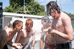 Wasser hilft gegen die heissen Temperaturen.(Bild: Eveline Beerkircher)