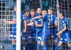 Die Luzerner feiern das 1:1 durch Pascal Schürpf nach einem Handspenalty. (Bild: Keystone/Urs Flüeler)