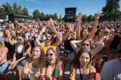 Das Gelände vor der Bühne ist voll mit gutgelaunten Festival-Gästen.(Bild: Eveline Beerkircher)