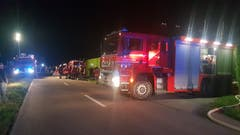 Insgesamt 100 Feuerwehrleute wurden aufgeboten. (Bild: Beat Kälin/brk News)