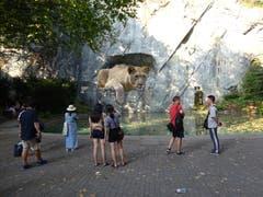 Die Arbeiten beim Löwendenkmal sind abgeschlossen und der Teich ist wieder gefüllt. (Bild: Josef Müller (Luzern, 12. August 2018))