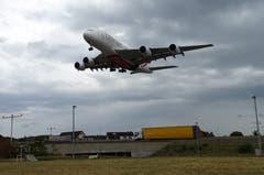 Emirates A380 wenige Sekunden vor der Landung auf Piste 28 um ca. 13.17 Uhr. (Bild: Josef Müller (Kloten, 13. August 2018))