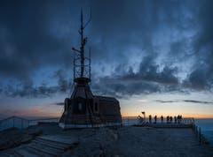 An der Wetterstation auf dem Säntisgipfel warten die Fotografen auf den Sonnenaufgang. (Bild: Wolfgang Reisser)